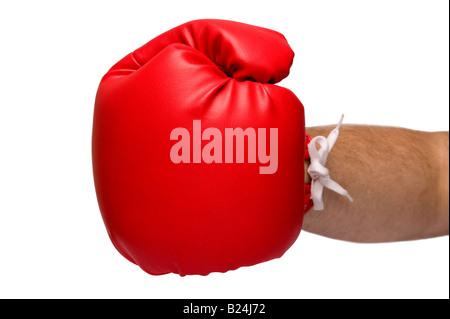 Gants de boxe en cuir rouge, la prestation d'un poinçon faible profondeur de champ avec l'accent sur le gant sur Banque D'Images