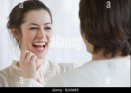 Femme en riant à côté de petit ami Banque D'Images