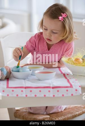 Jeune fille décorer les œufs Banque D'Images