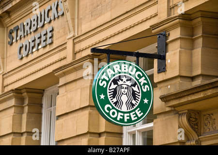 Café Starbucks moderne enseigne à l'extérieur un vieux bâtiment victorien à York, Angleterre Banque D'Images
