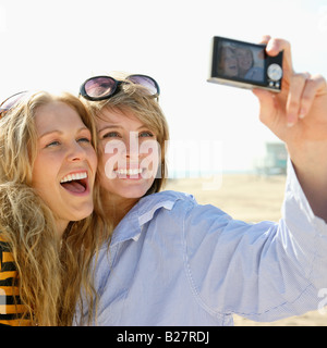 Deux jeunes women taking self-portrait Banque D'Images