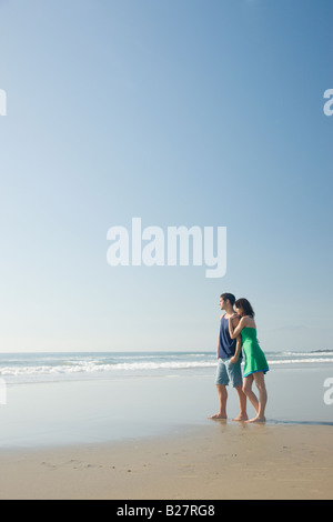 Couple standing on beach Banque D'Images