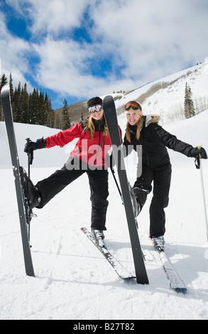 Femme debout sur les skis avec les jambes