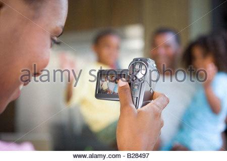 L'enregistrement dans la famille femme caméscope avec cuisine Banque D'Images