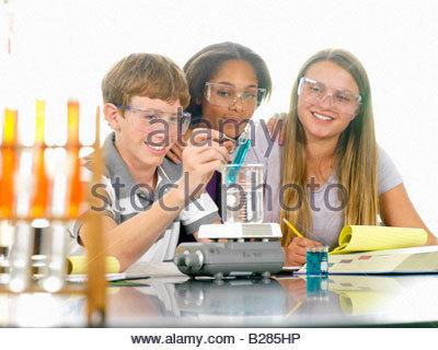 Les élèves de l'école (12-14) avec l'expérience dans la classe de sciences Banque D'Images