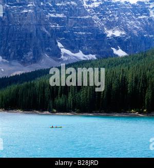 Canoë sur le lac Moraine, Banff National Park, Alberta, Canada Banque D'Images