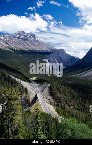 La route 93 au nord de Lake Louise, Banff National Park, Alberta, Canada Banque D'Images