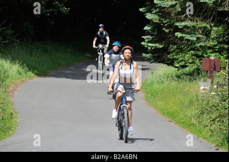 Une jeune famille à vélo sur les nombreux sentiers disponibles dans la partie supérieure de la Vallée de Derwent Banque D'Images