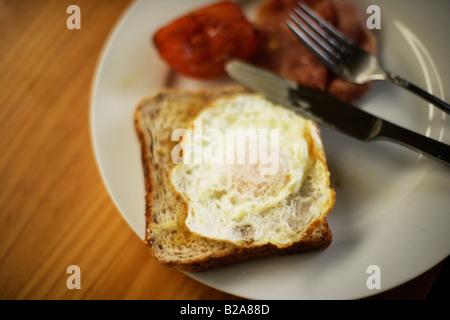 Tomate Bacon et œuf frit sur toast Banque D'Images
