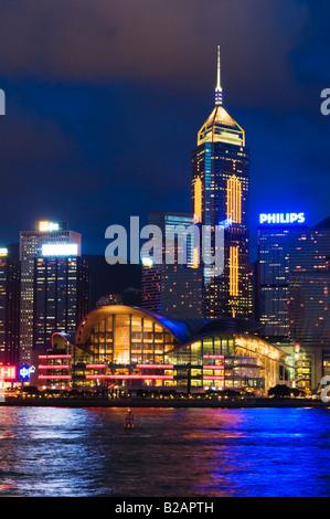 """""""Le monument Hong Kong Convention & Exhibition Centre sur les rives du port de Victoria de Hong Kong"""" Banque D'Images"""