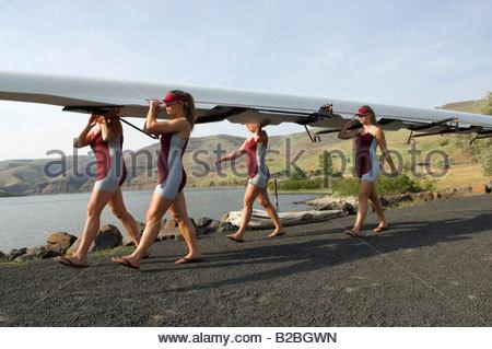 L'exécution de l'équipe d'aviron de godille le long chemin de gravier Banque D'Images