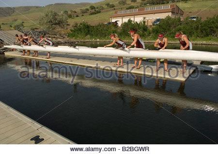 L'équipe d'aviron de godille descente dans l'eau Banque D'Images