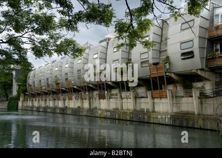 Maisons en rangée futuriste par Grand Union Canal, Londres Banque D'Images
