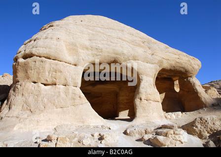 Grottes le long de la vallée de l'Al-Siq Bab menant à la Siq ou gorge, l'entrée de l'ancienne ville de rock nabatéenne Banque D'Images