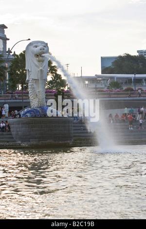 Merlion, une statue à la tête d'un lion et le corps d'un poisson, le monument de Singapour, Singapour, en Asie du Banque D'Images