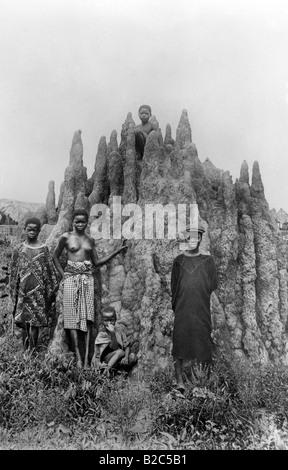 Les jeunes africains face à une formation rocheuse, photo historique, vers 1930 Banque D'Images