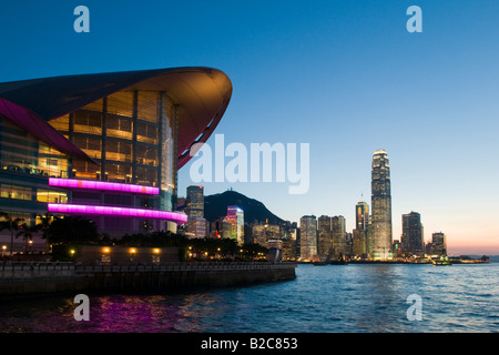 Le Landmark Hong Kong Convention & Exhibition Centre sur les rives du port de Victoria à Hong Kong Banque D'Images