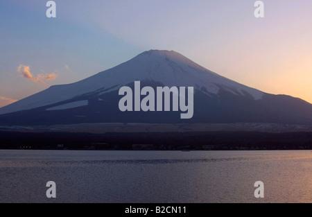 Mt. Fuji au coucher du soleil lac Yamanakako Yamanashi au Japon d'avant-plan Banque D'Images