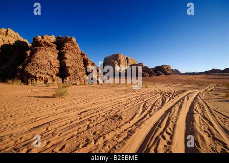 Les traces de pneus dans le désert, Wadi Rum, Jordanie Banque D'Images