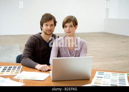 Portrait of a young woman using a laptop Banque D'Images