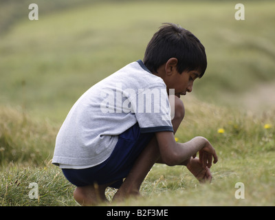 Jeune Indien jouant dans l'herbe Banque D'Images