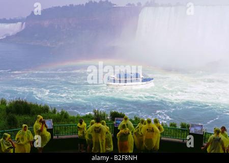 Les touristes à la partie inférieure de la plate-forme d'observation observation Journey Behind the Falls Niagara Banque D'Images