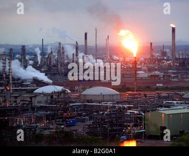 Torchère brûler de l'essence à la raffinerie de Grangemouth au crépuscule près de Falkirk Scotland UK 2904 2008