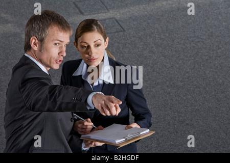Parler à la direction de pointage collègue Banque D'Images