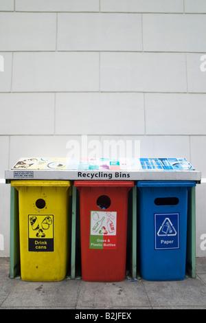 Trois bacs de recyclage en plastique de couleur pour les canettes de boisson en aluminium, verre et plastique, et Banque D'Images
