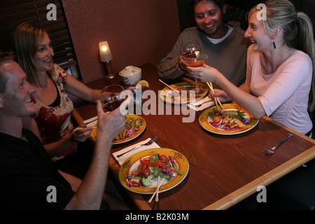 Groupe d'amis 4 2 couples ayant dîner au restaurant grill japonais Mongoli à Whistler British Columbia Canada Banque D'Images