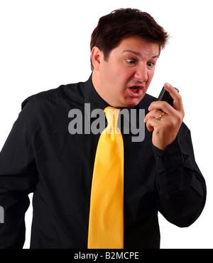 L'homme criant pendant un appel sur son téléphone cellulaire (3G à l'aide d'appel vidéo ou lecture des SMS et s'indigner) Banque D'Images