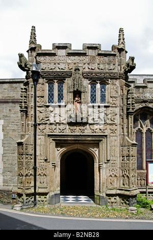 L'entrée de la 16e siècle st.Marie Madeleine église à Launceston à Cornwall, uk Banque D'Images