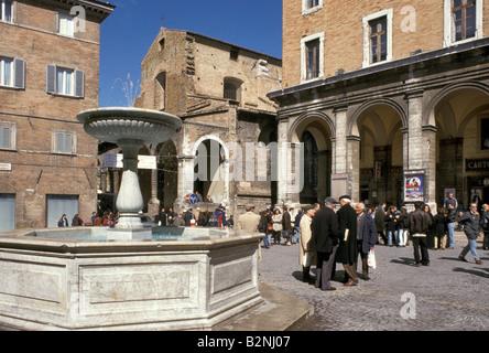 Piazza della Repubblica, Urbino, Italie Banque D'Images