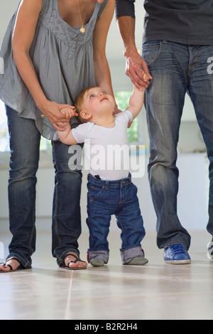 Promenades de bébé ressemble aux parents Banque D'Images