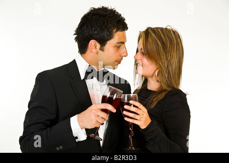 Jeune couple drinking red wine. Banque D'Images