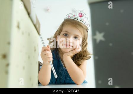 Fille vêtue comme une princesse, la main sous le menton Banque D'Images