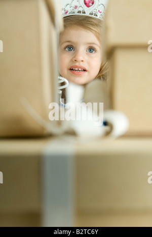 Fille vêtue comme une princesse, par pile de cadeaux Banque D'Images