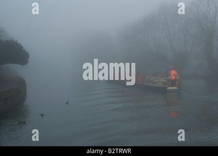 15-04 dans un épais brouillard de la voile sur la rivière Thames, Angleterre oxford Banque D'Images