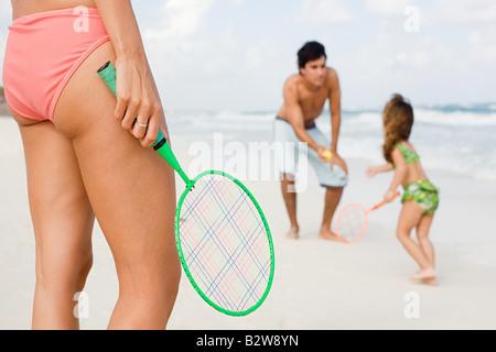 Une famille à jouer au tennis Banque D'Images