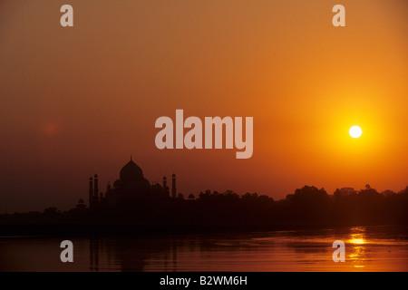 Le coucher de soleil sur le Taj Mahal et la Rivière Jamuna dans Agra Inde Banque D'Images