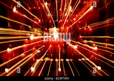 Les flammes de bougies Résumé prises avec une vitesse d'obturation lente dans une cathédrale Banque D'Images