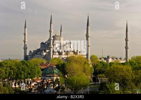 Une vue sur la Mosquée Bleue à Sultanahmet, donnant sur le Bosphore, Istanbul, Turquie Banque D'Images