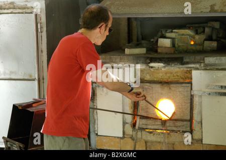 Un souffleur de verre au travail à Biot, sud de la france Banque D'Images