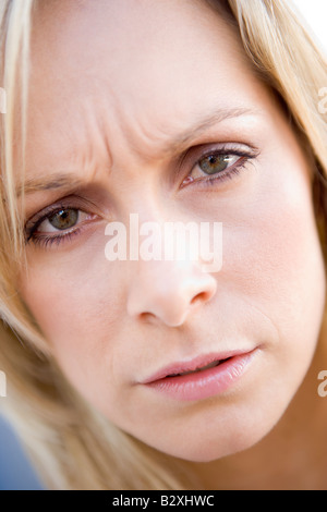 Head shot of woman scowling Banque D'Images