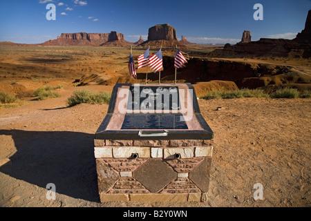 Monument militaire de soldat tombé vu chez red buttes de Monument Valley Navajo Tribal Park, Utah Banque D'Images