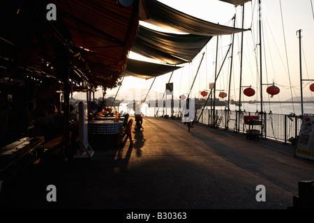 Au coucher du soleil au bord de l'eau, Cheung Chau, Hong-Kong, Chine Banque D'Images