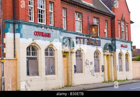 La dégradation du milieu urbain à l'abandon du roi pub-brasserie Courage Newport South Wales UK UE Banque D'Images