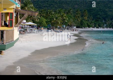 Regardant vers le bas la plage de Cane Garden Bay, sur l'île de Tortola dans les îles Vierges britanniques. Banque D'Images