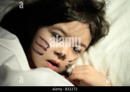 Petite fille de cinq ans s'éveille avec le jour précédent s face paint elle a joué un chat dans une production de l'école et ne voulait pas de l'enlever