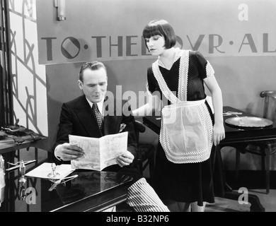 L'homme et la serveuse en restaurant Banque D'Images